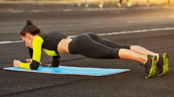 Ab ins Freie: 9 Übungen für dein perfektes Workout ohne Geräte