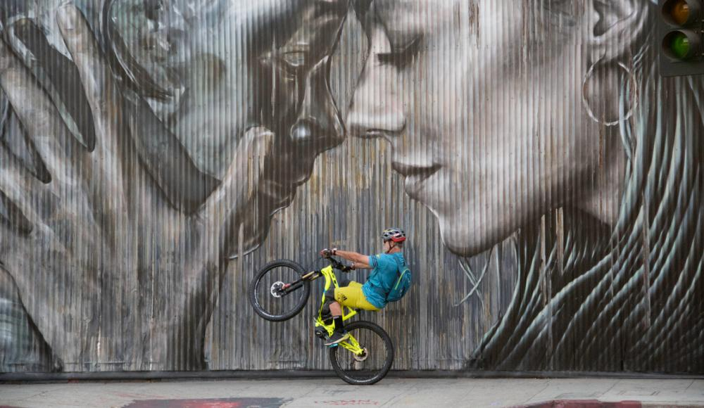 Hans Rey mit Bike in LA